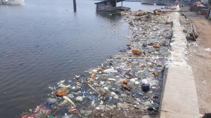 Sampah Penuhi Tepian Tanggul Laut Muara Baru