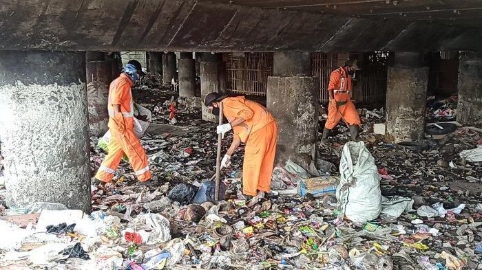 PPSU hngga Petugas Pengelola Jalan Turun Bersihkan Sampah yang kembali Penuhi Kolong Tol Papanggo