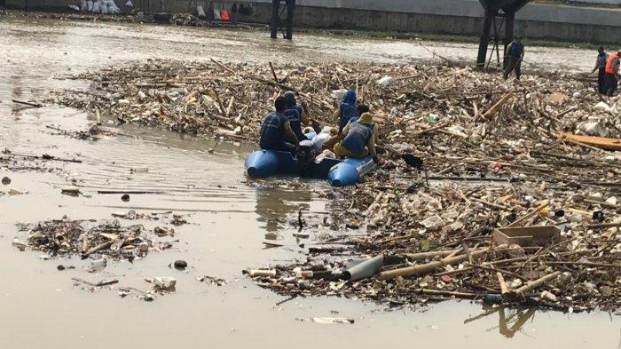 Hujan Deras Guyur Tangerang, Sampah Menggunung di Sungai Cisadane