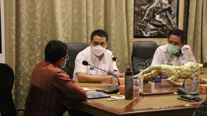 Pertemuan Wagub DKI Ahmad Riza Patria bersama Menparekraf Sandi Uno di Twin Plaza Hotel, Jakarta Barat, Rabu (27/1/2021) malam.