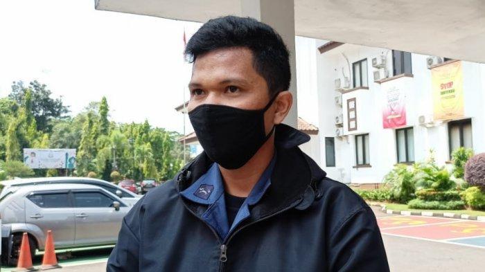 Sandi, personel Dinas Pemadam Kebakaran Kota Depok yang viral usai mencoba membongkar dugaan korupsi di instansi tempatnya bekerja, siang ini menyambangi Kejaksaan Negeri Depok.