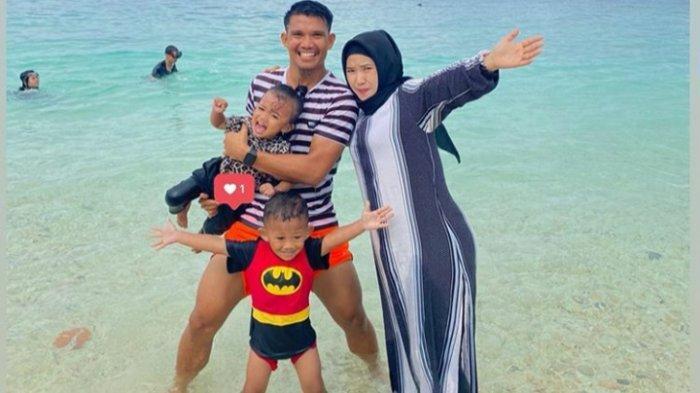 Kebersamaan Sandi Darman Sute bersama sang istri Anggun Pratiwi Kambay dan kedua anaknya.