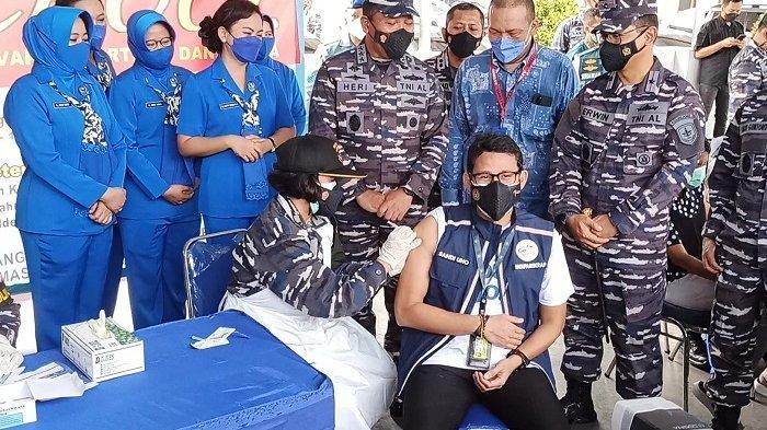 Menteri Pariwisata dan Ekonomi Kreatif Sandiaga Uno menjalani vaksinasi Covid-19 dosis kedua di markas Komando Lintas Laut Militer (Kolinlamil), Tanjung Priok, Jakarta Utara, Selasa (31/8/2021).