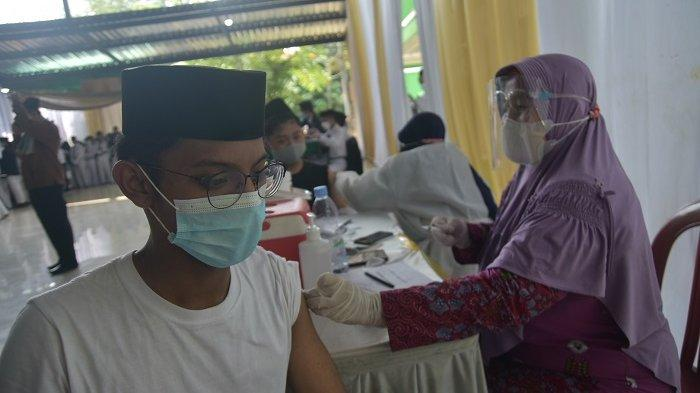 Santri Pondok Pesantren Attaqwa Bekasi Menjalani Vaksinasi Covid-19