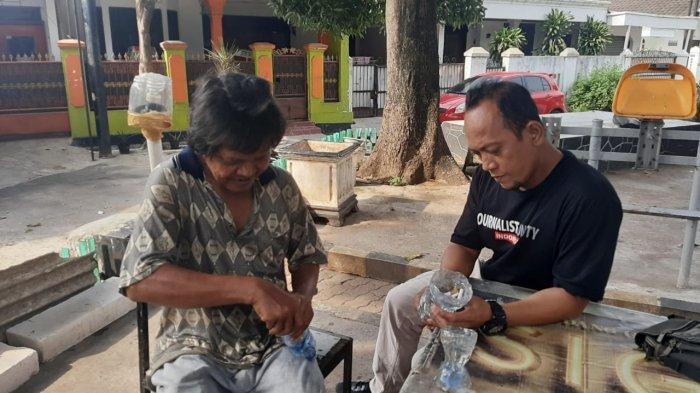 Bisa Buat Asbak Dari Botol Plastik Bekas, Sapri Ajarkan Cara Pembuatan Ke Orang Lain