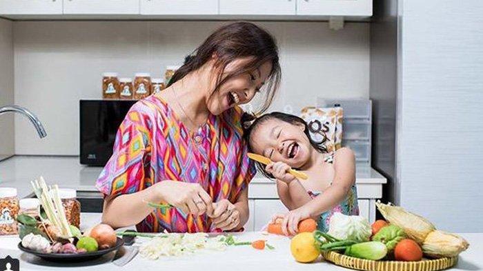 Pose Foto Hamil Sarwendah Ajak Ruben Onsu dan Putrinya, Iis Dahlia Komentari Perut