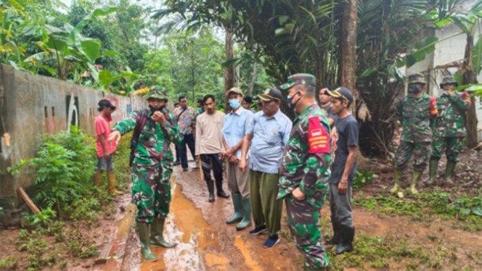 Masih Tanah dan Licin, Satgas Pra TMMD ke-110 Bangun Posyandu dan Cor Jalan Kampung Cisaat Bekasi