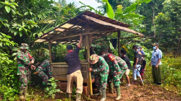 Personel Satgas Pra TMMD Ke-110 di Kampung Cisaat, Desa Kertarahayu, Kecamatan Setu, Kabupaten Bekasi, Jawa Barat. Pra TMMD Ke-110 yang diselenggarakan Kodim 0509/Kabupaten Bekasi ini membangun Posyandu dan mengecor jalan sepanjang 210 meter.