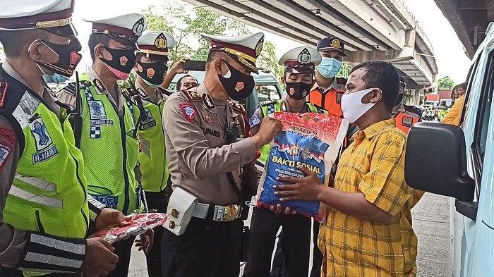 Operasi Zebra di Masa Pandemi, Satlantas Jakarta Utara Bagikan Masker dan Sembako ke Pengendara