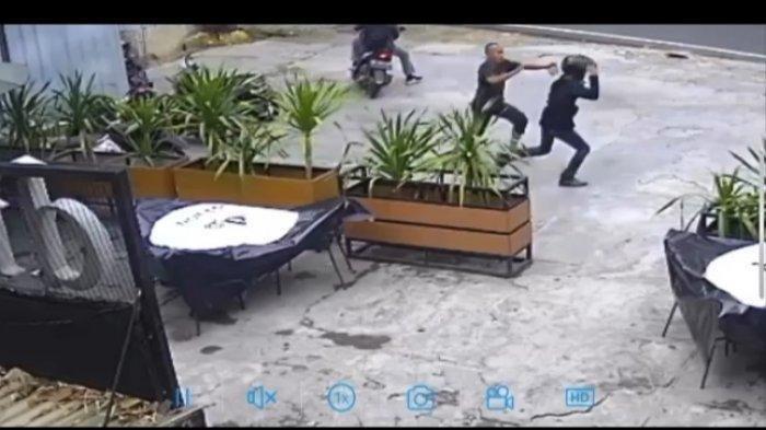 CCTV merekam detik-detik seorang satpam kafe menghalau dua pelaku curanmor di sebuah kafe di Jalan HOS Cokroaminoto, Kelurahan Rawa Laut, Kecamatan Enggal, Bandar Lampung, Minggu (14/2/2021) sekira pukul 09.30 WIB.