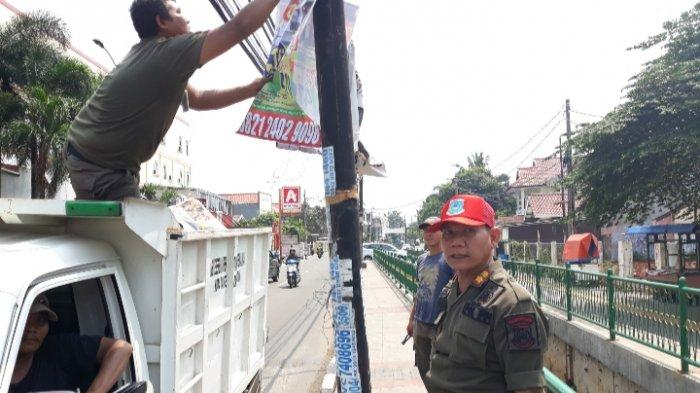 Bersih-bersih Jelang Tahun Baru, Satpol PP Ciputat Timur Angkut Satu Mobil Bak Pamflet Ilegal