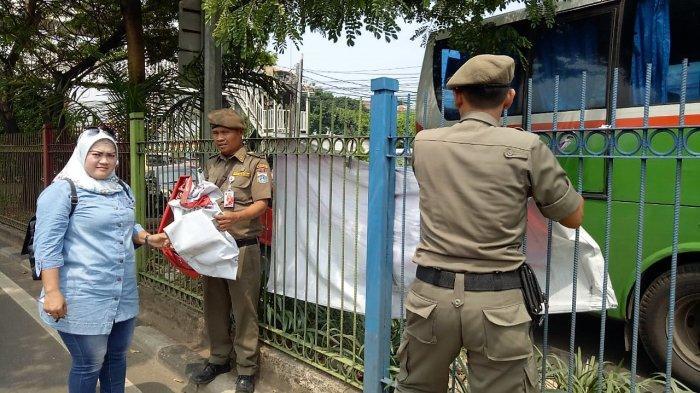 Pencopotan Alat Peraga Kampanye di Jakarta Dilakukan Sejak Dini Hari Tadi