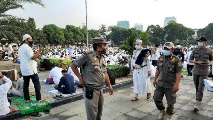Satpol PP mengecek pelaksanaan Salat Idul Fitri di Masjid Agung Al-Azhar, Kebayoran Baru, Jakarta Selatan, Kamis (13/5/2021).