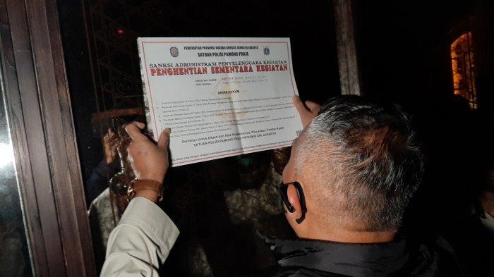 Satpol PP menindak A/A Bar di Jalan Gunawarman, Rawa Barat, Kebayoran Baru, Jakarta Selatan, Jumat (10/9/2021) malam.