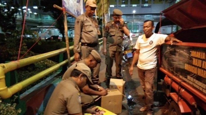 Gelar Razia Miras, Satpol PP, TNI-Polri Berhasil Amankan Puluhan Botol Miras di Kelurahan Menteng