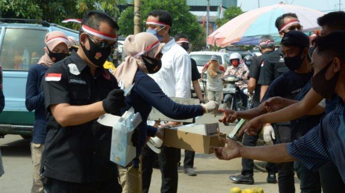 Persempit Covid-19 di Tangerang, Polisi Berkostum Ultraman Bagikan 5 Ribu Masker dan Vitamin C