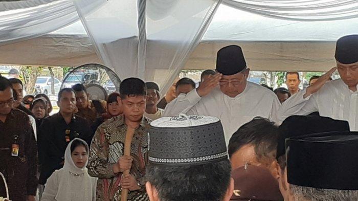 SBY dan AHY Berikan Hormat Militer di Depan Makam Siti Habibah