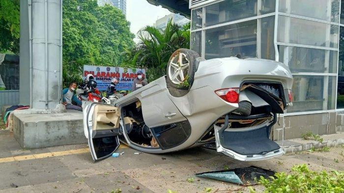 Kecelakaan Tunggal, Mobil Honda Civic Terguling di Depan Polda Metro Jaya