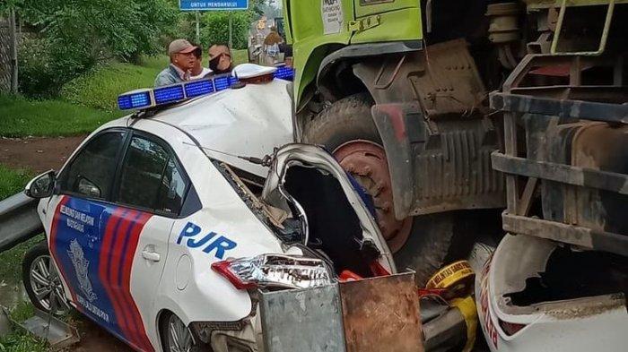 Separuh Mobil Polisi Ringsek Dilindas Dump Truk, Sopirnya Kabur dan 6 Orang Terluka