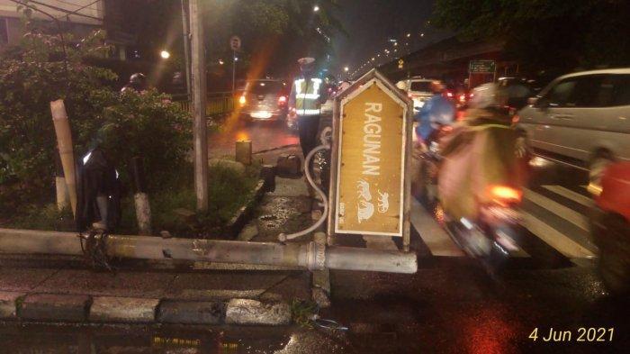 Plang Ragunan di Jalan RS Fatmawati Roboh, Diduga Tertarik Kabel yang Tersangkut TransJakarta