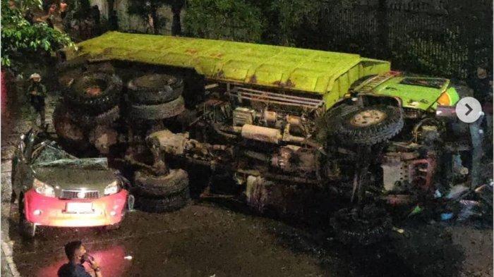 BREAKING NEWS Tabrak Pembatas Jalan, Truk Tronton Terjun dari Flyover Slipi dan Timpa Mobil