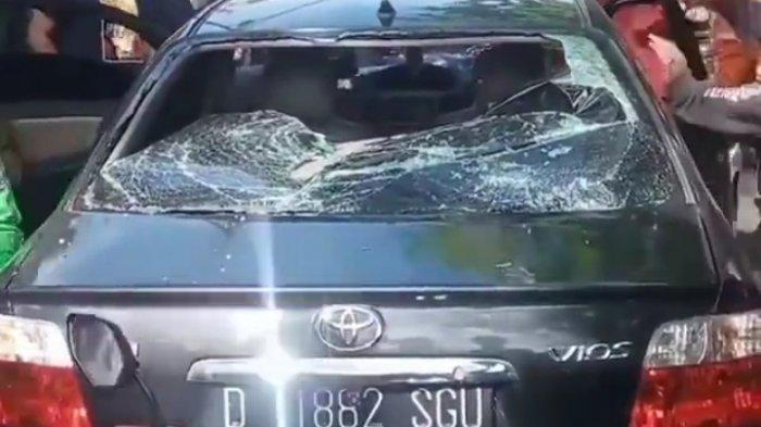 VIDEO Pengendara Mobil Kabur Usai Tabrak Pemotor Perempuan hingga Terseret di Bandung