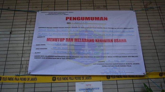 Satpol PP DKI Jakarta menutup permanen Obama Cafe di Jalan Falatehan, Kebayoran Baru, Jakarta Selatan, Selasa (11/5/2021).