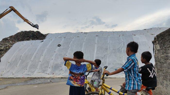 TPA Cipayung Depok Diselimuti Plastik Putih, Pengelola Beri Penjelasan