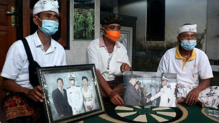 Keluarga awak Kapal Selam KRI Nanggala Gede Kartika di Karangasem Bali menunjukkan sejumlah foto Gede Kartika, Minggu (25/4/2021)