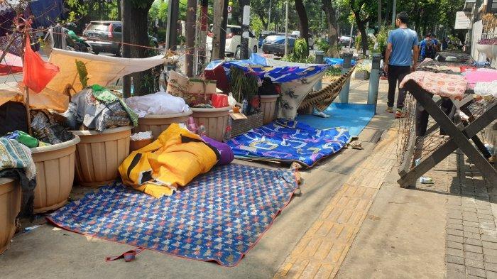 Pencari Suaka di Trotoar Jalan Kebon Sirih Diangkut Pakai 3 Bus TransJakarta
