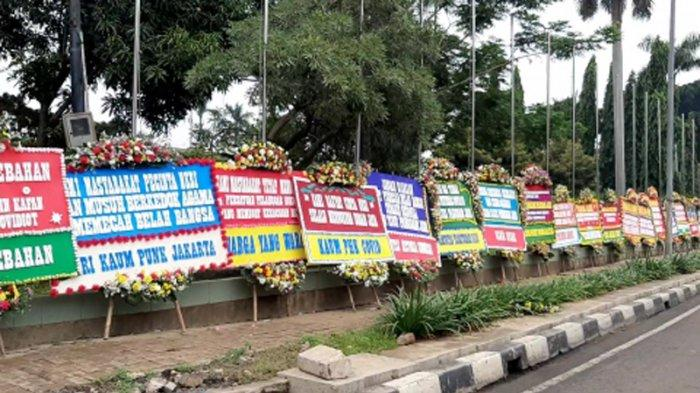 Sejumlah karangan bunga yang ada di depan Makodam Jaya, Kramat Jati, Jakarta Timur, Senin (23/11/2020).