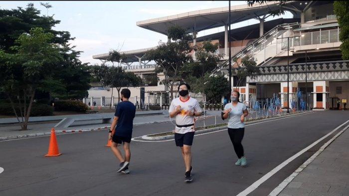 Sejumlah masyarakat memanfaatkan waktu di sore hari ini, untuk aktivitas olahraga di area Jakarta International Velodrome, Rawamangun Jakarta Timur.
