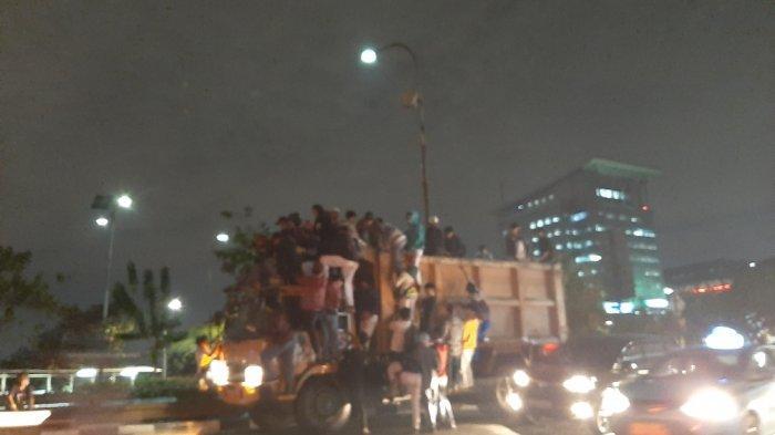 Hendak ke Gedung DPR, Sejumlah Pelajar Berhentikan Truk di Jalan Gatot Subroto