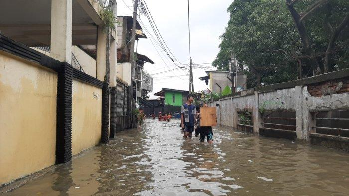 sejumlah permukiman warga di Kelurahan Makasar, Jakarta Timur terendam banjir sejak Jumat (19/2/2021) dini hari