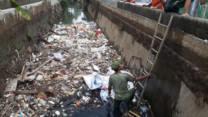 Permukaan Kali Pitara Dipenuhi Sampah, Begini Tanggapan Warga