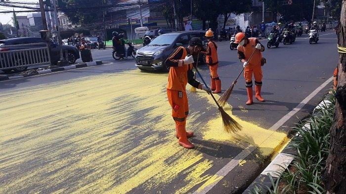 Cat Tumpah di Jalan Raya Dr Saharjo Tebet, Sejumlah Pengendara Motor Terjatuh