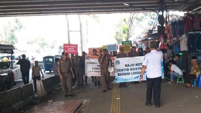 Edukasi Tertib Trotoar, Puluhan Satpol PP Lakukan Sosialisai di Pasar Tanah Abang