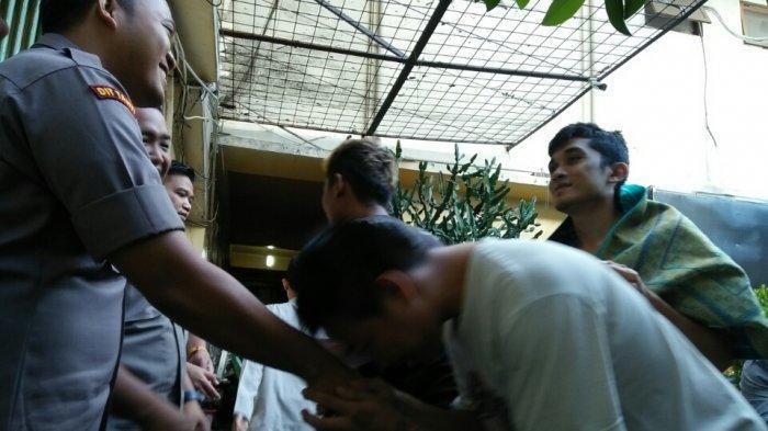 Tangis Tahanan Pecah Usai Salat Id di Rutan Polda Metro Jaya, Polisi: Mudah-mudahan Cepat Selesai Ya