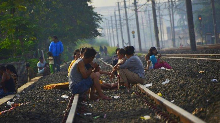 Sejumlah warga melakukan aktivitas berjemur di atas rel Kampung Buaran, Kecamatan Medan Satria, Kota Bekasi, Jumat, (3/4/2020).