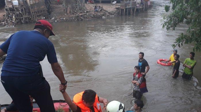 Arungi Arus Deras, Keluarga Bocah Hanyut di Ciliwung Nekat Bantu Pencarian