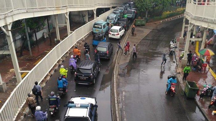 Masih Ada Warga Melintas di Jalan Jatibaru, Pemkot Jakpus Bangun Pagar Agar Tidak Bisa Loncat