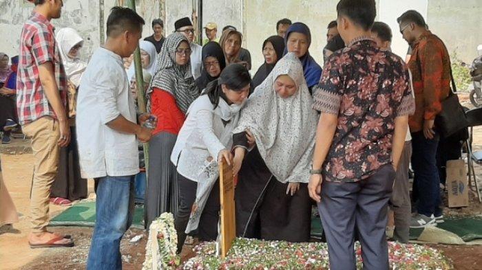 Jenazah Ayahanda Dimakamkan di Tanah Kusir, Sekjen PSSI Ratu Tisha Destria Tampak Tegar