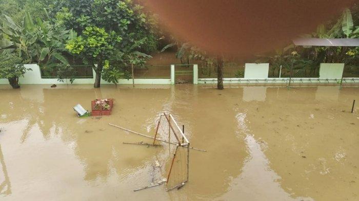 Sekolah MTS 23 Pejaten Timur, Pasar Minggu, Jakarta Selatan, terendam banjir pada Senin (8/2/2021).