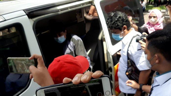 Jelang Pemeriksaan, Sekjen HRS Center Haikal Hassan Naik Ambulans Polda Metro Jaya