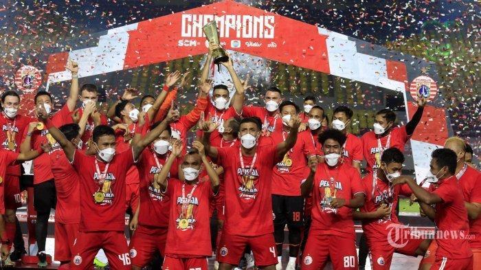Pemain dan tim ofisial Persija Jakarta melakukan selebrasi sambil mengangkat trofi usai menjuarai Piala Menpora setelah mengalahkan Persib Bandung dalam laga leg kedua babak final Piala Menpora 2021 di Stadion Manahan, Kota Solo, Jawa Tengah, Minggu (25/4/2021) malam. Pertandingan leg kedua berakhir dengan skor 1-2 (0-0) untuk kemenangan Persija Jakarta, dengan demikian Macan Kemayoran keluar sebagai juara Piala Menpora 2021 setelah dalam laga leg pertama babak final mereka mengalahkan Persib Bandung dengan skor 2-0 (unggul agregat 4-1). Tribun Jabar/Deni Denaswara