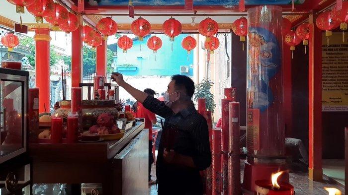 Warga tionghoa melakukan ritual sembahyang di Kelentang Hok Lay Kiong saat perayaan Tahun Baru Imlek 2572, Jumat (12/2/2021).