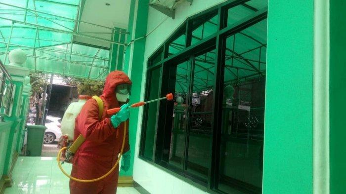 Personel Damkar Jakarta Timur saat proses penyemprotan disinfektan di Masjid menjelang bulan suci Ramadan 1442 Hijriah