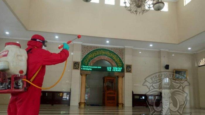 Damkar Jakarta Timur Semprotkan Disinfektan di Sejumlah Masjid dan Musala Jelang Ramadan