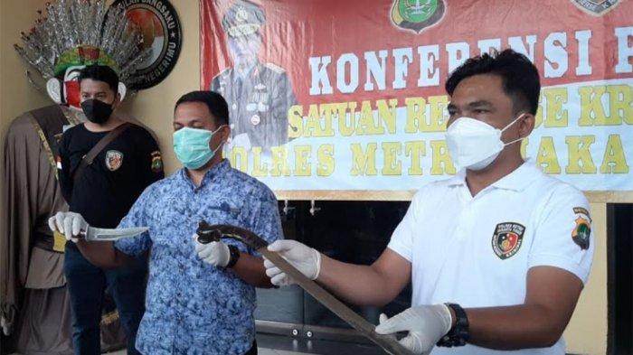 Kasat Reskrim Polres Metro Jakarta Timur Kompol Indra Tarigan saat menunjukan dua bilah senjata tajam dari seorang pria yang memarkirkan mobil di sekitar Pengadilan Negeri Jakarta Timur, Jumat (26/3/2021). Diketahui, hari ini PN Jakarta Timur menghadirkan terdakwa Rizieq Shihab di persidangan.