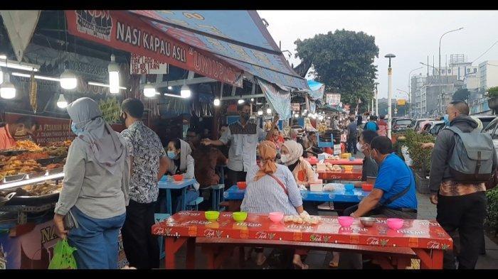 Sentra kuliner Nasi Kapau di Senen, selalu diburu pembeli setiap menjelang waktu berbuka puasa.